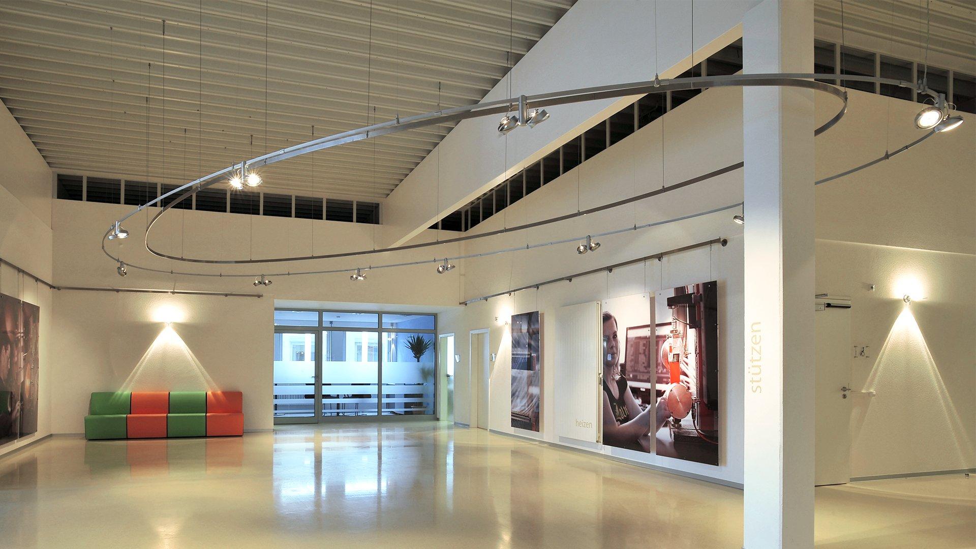 Blick in das Foyer der Gatex mit einer ovalen Beleuchtungsschiene
