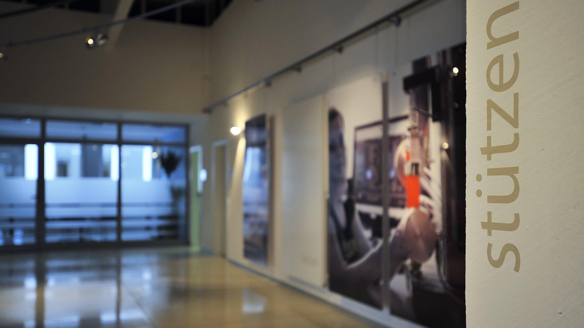 Detailaufnahme Gatex Foyer mit Stützenbeschriftung